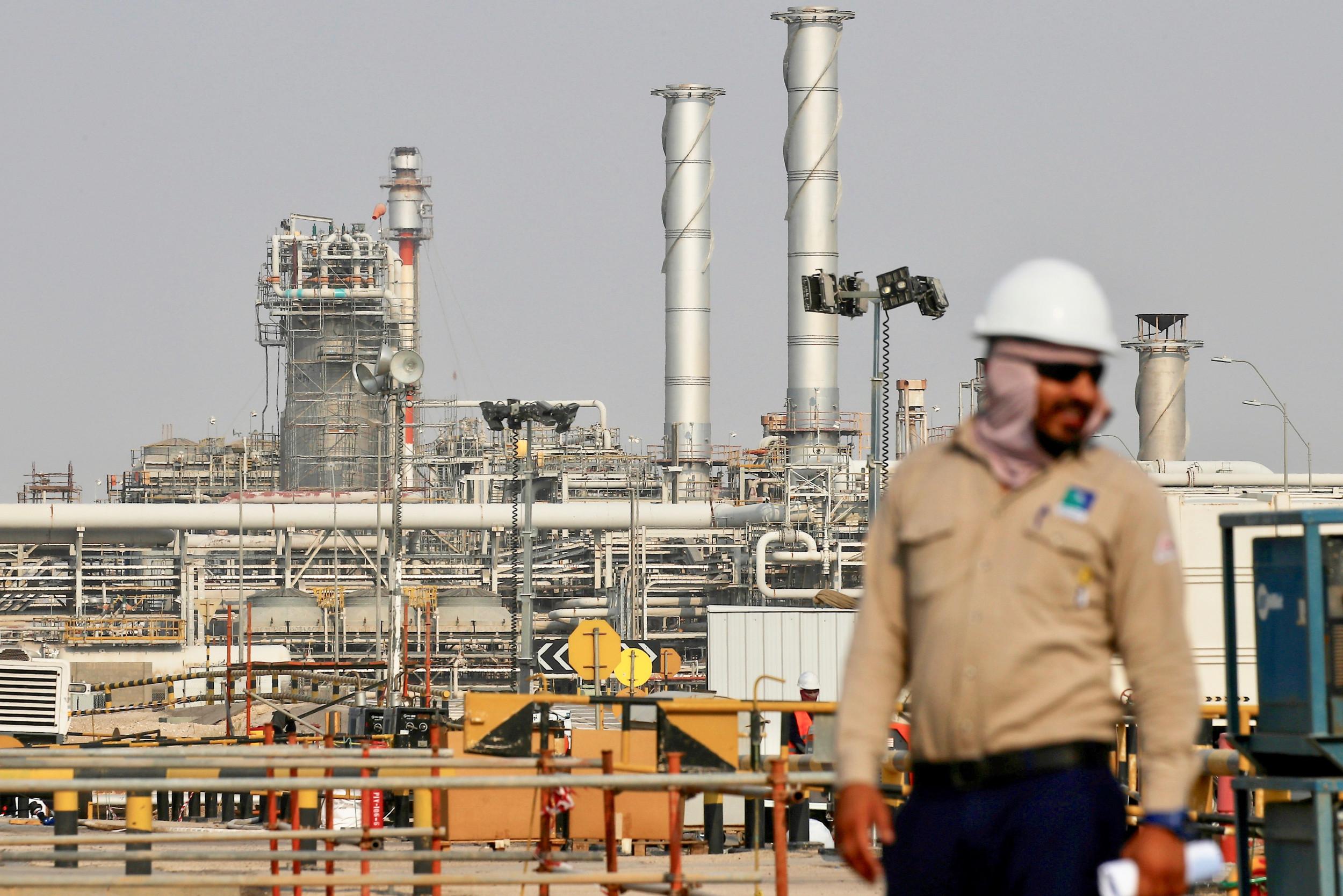 Radnik stoji ispred postrojenja naftne kompanije Saudi Aramko (Foto: Reuters)