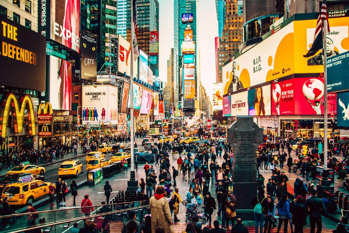 Građani Njujorka šetaju Tajms skverom (Foto: Artem Vorobiev/Getty Images)