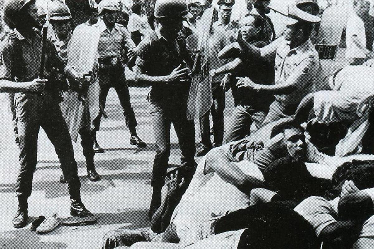 Припадници индонжанске војске у сукобу са цивила на Источном Тимору 1975. (Фото: Elaine Briere and Australia's East Timor Human Rights Centre)