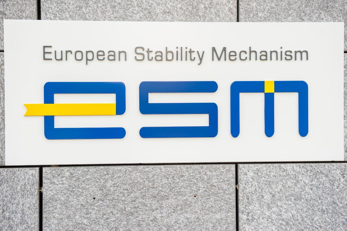 """Табла са натписом """"Европски стабилизациони механизам"""" на уласку у седишту институције у Луксембургу (Фото: EPA/Nicolas Bouvy)"""
