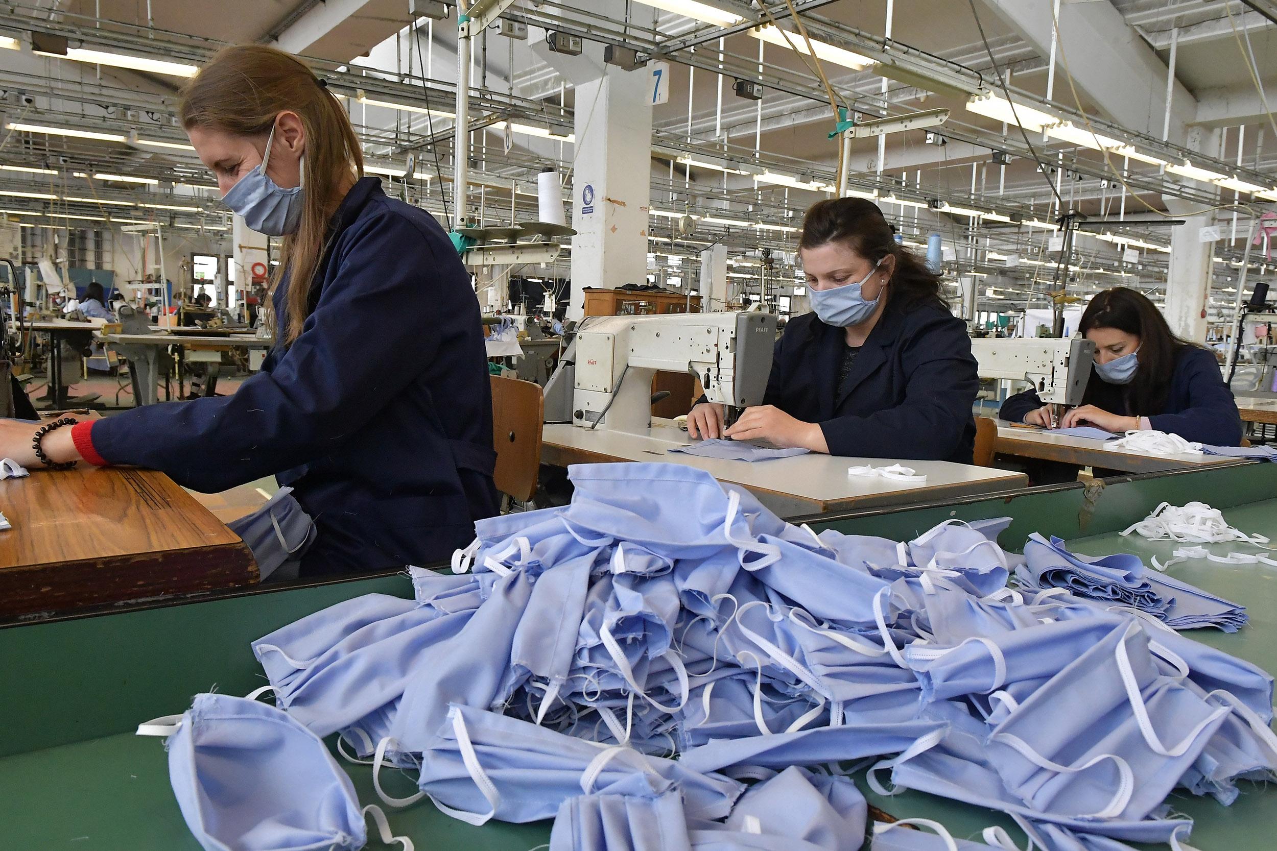 """Radnice u fabrici """"Jumko"""" šiju zaštitne maske, Vranje, 23. mart 2020. (Foto: Ministarstvo odbrane Republike Srbije)"""