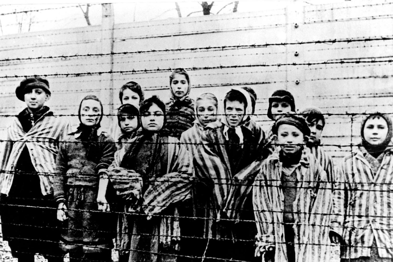 Деца у концентрационом логору Аушвиц у Пољској након ослобођења од стране Совјета, јануар 1945. (Фото: Polska Agencja Prasowa, via Associated Press)
