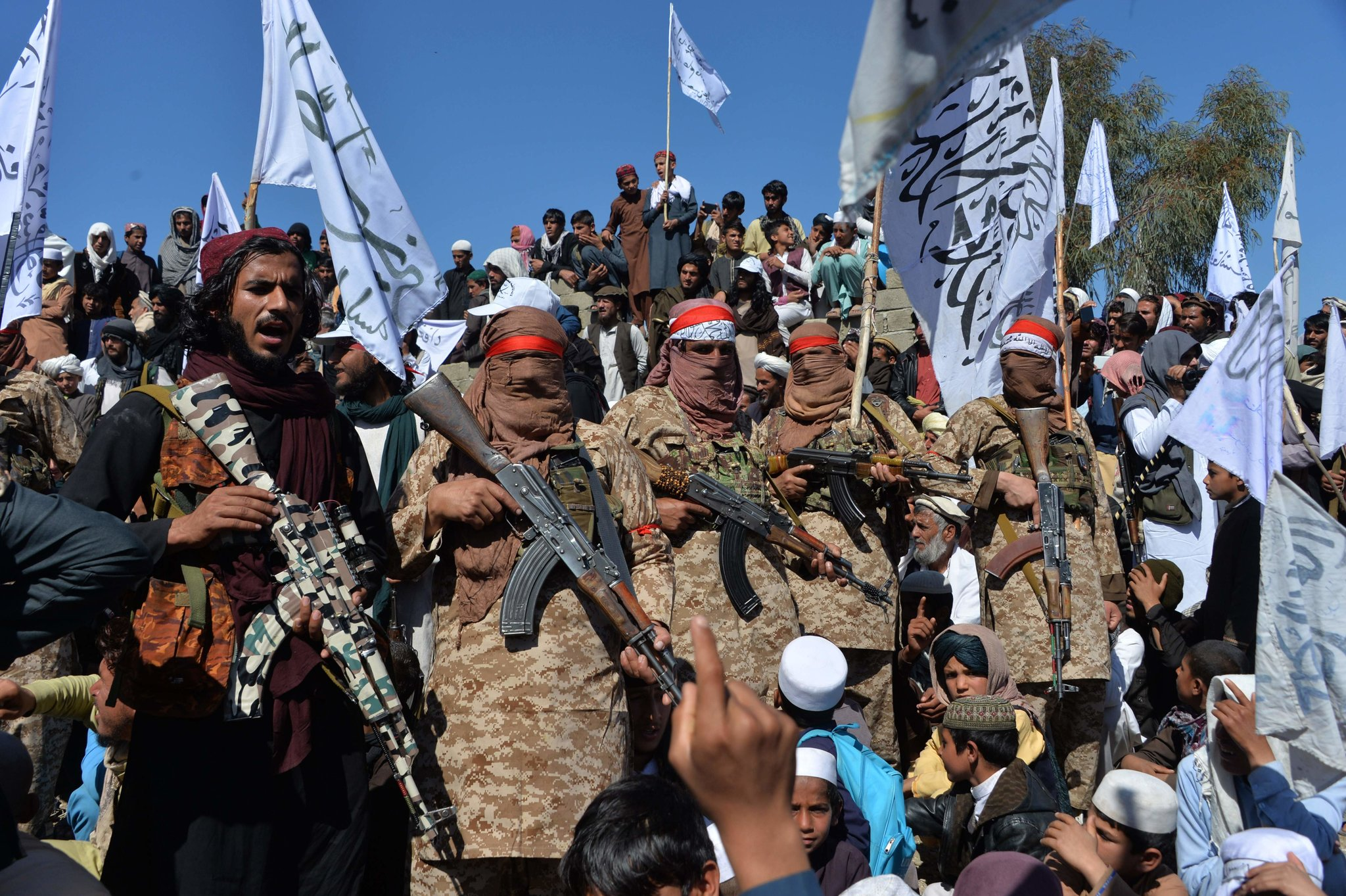 Талибански милитанти са сељанима у авганистанској провинцији Лагман прослављају договор између побуњеника и Сједињених Држава, 02. март 2020. (Фото: Noorullah Shirzada/Agence France-Presse/Getty Images)