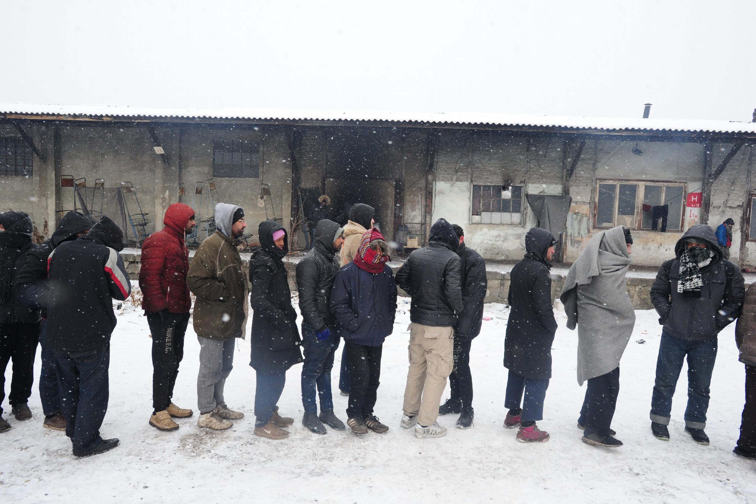 Мигранти чекају у реду у Београду (Фото: Танјуг/Димитрије Голл)