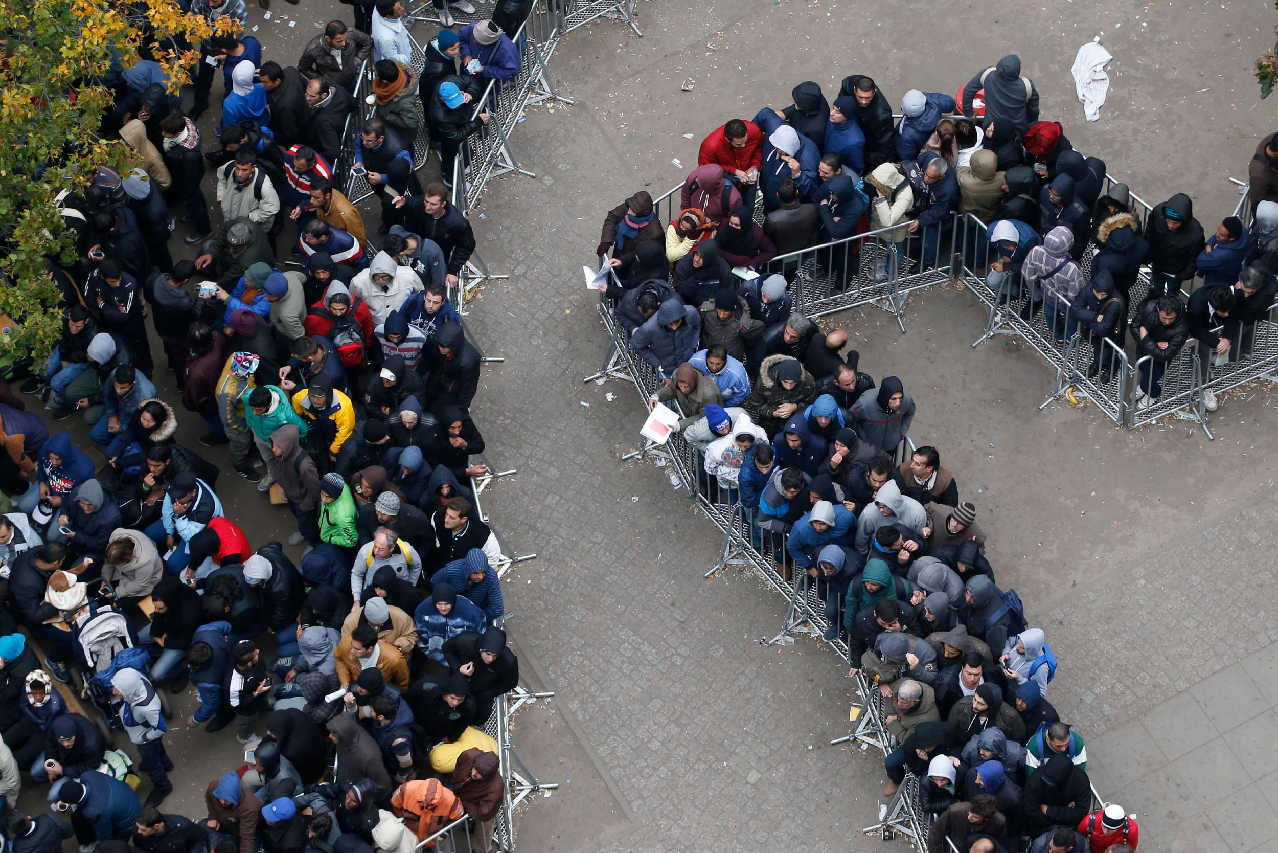 Мигранти чекају у реду за регистрацију испред Канцеларије за здравство и социјална питања у Берлину, 07. октобар 2015. (Фото: REUTERS/Fabrizio Bensch)