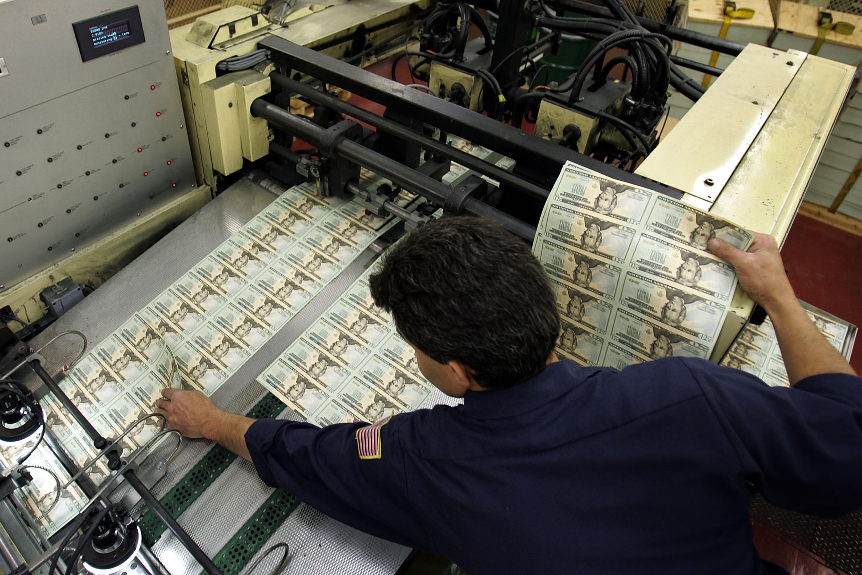 Zaposleni u FED-u za radi za mašinom za štampanje dolara (Foto: Joe Raedle/Getty Images)