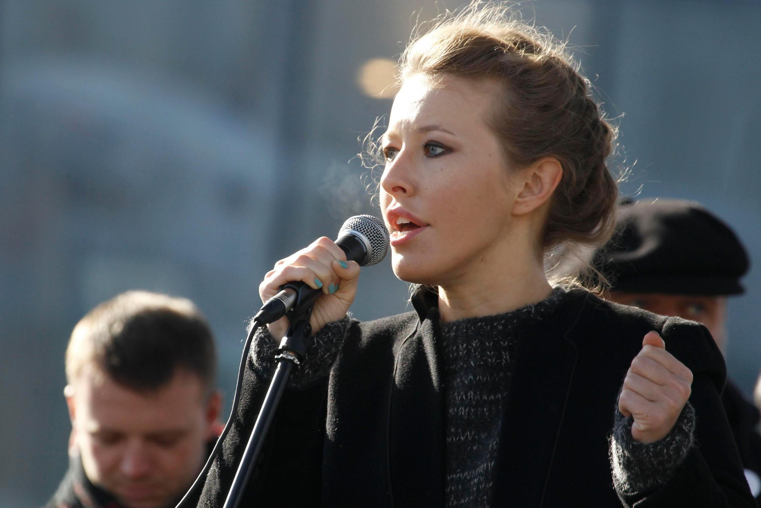 Opoziciona aktivistkinja Ksenija Sobčak drži govor tokom protestnog skupa, Moskva, 10. mart 2012. (Foto: Sergei Karpukhin/REUTERS)