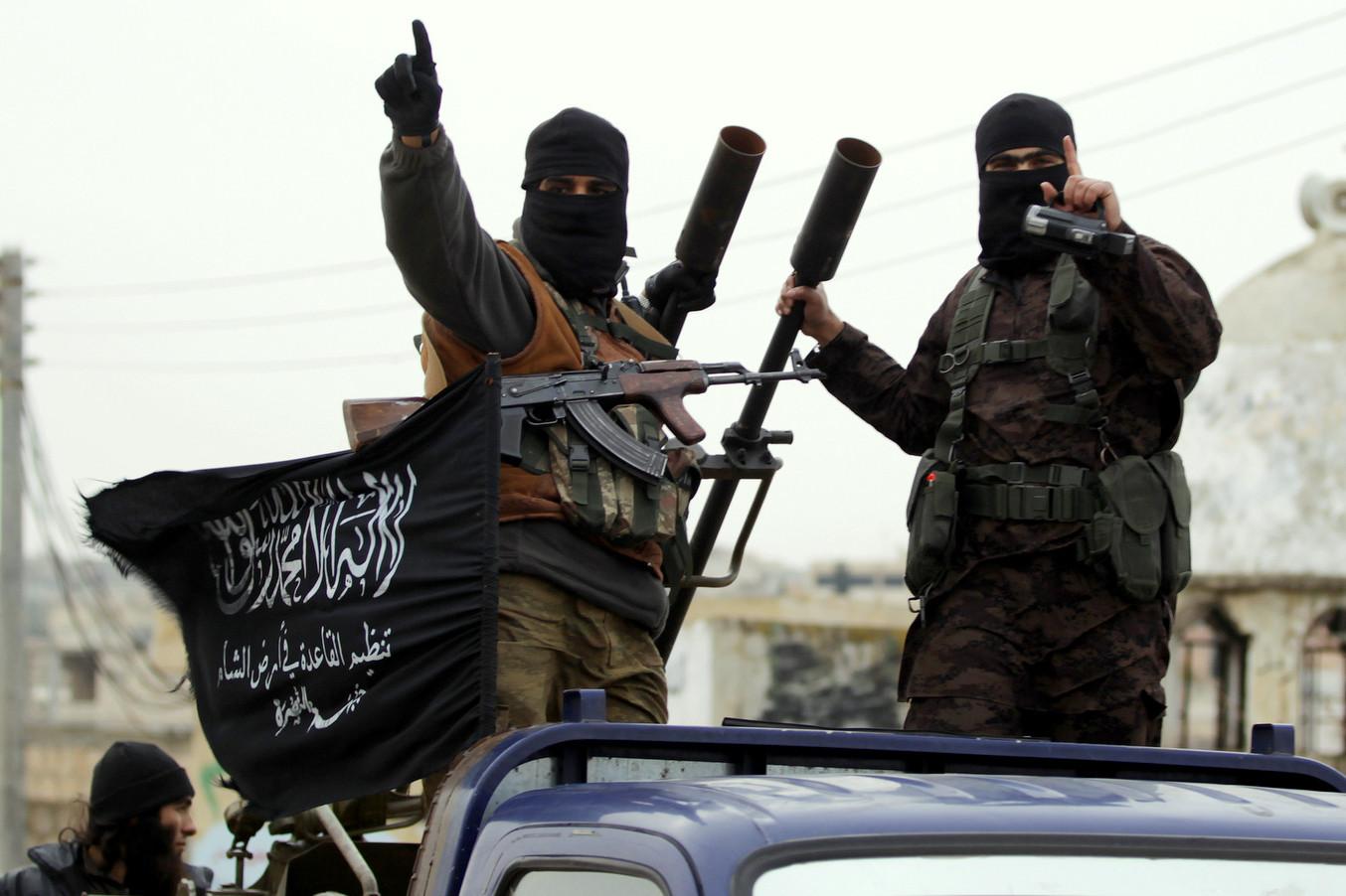 Припадници Фронта Ал нусра гестикулирају током обиласка села на јужној страни сиријске провинције Идлиб, децембар 2014. (Фото: Khalil Ashawi/Reuters)