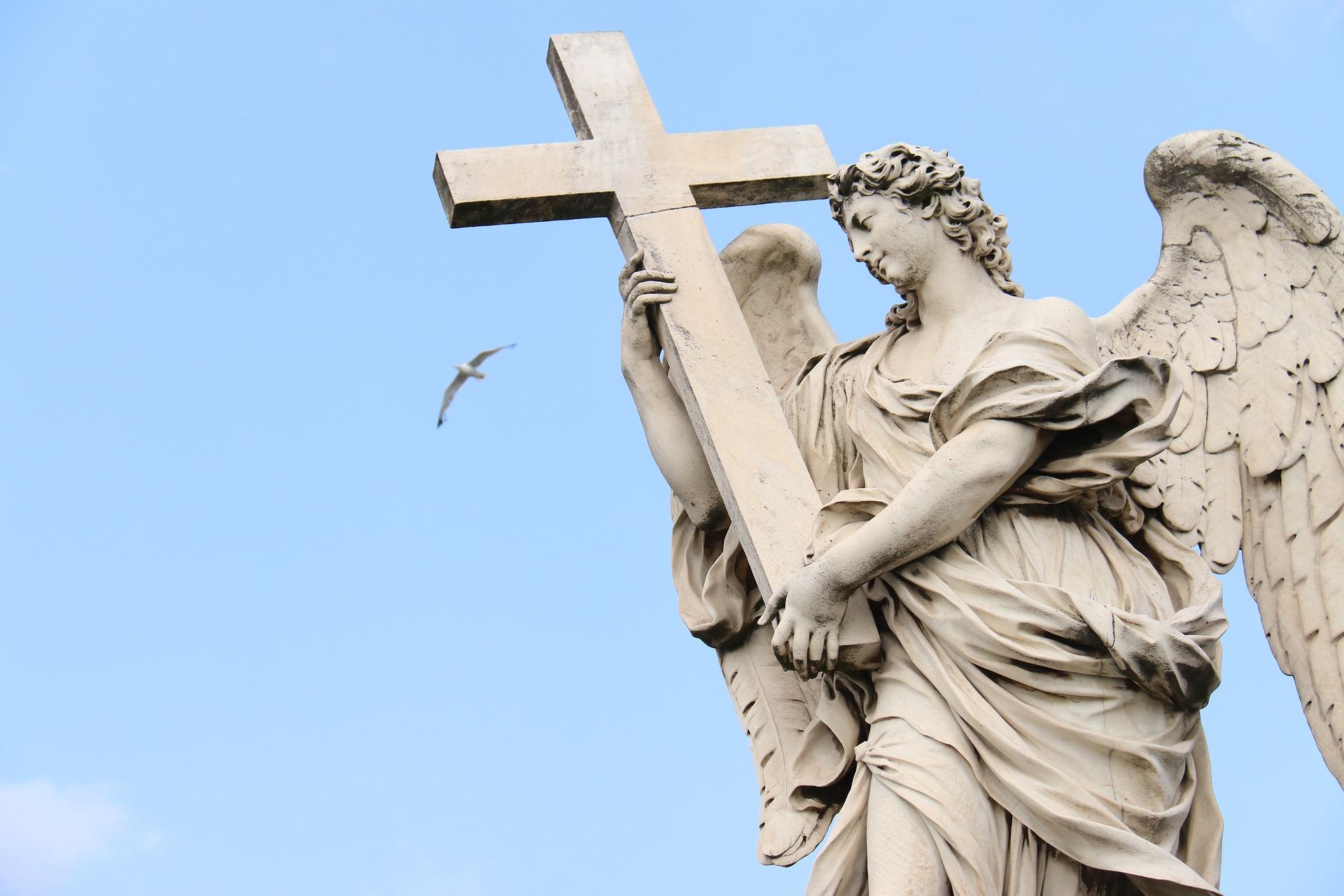 Statua anđela koji nosi krst na Trgu Svetog Petra u Rimu (Foto: quillette.com)