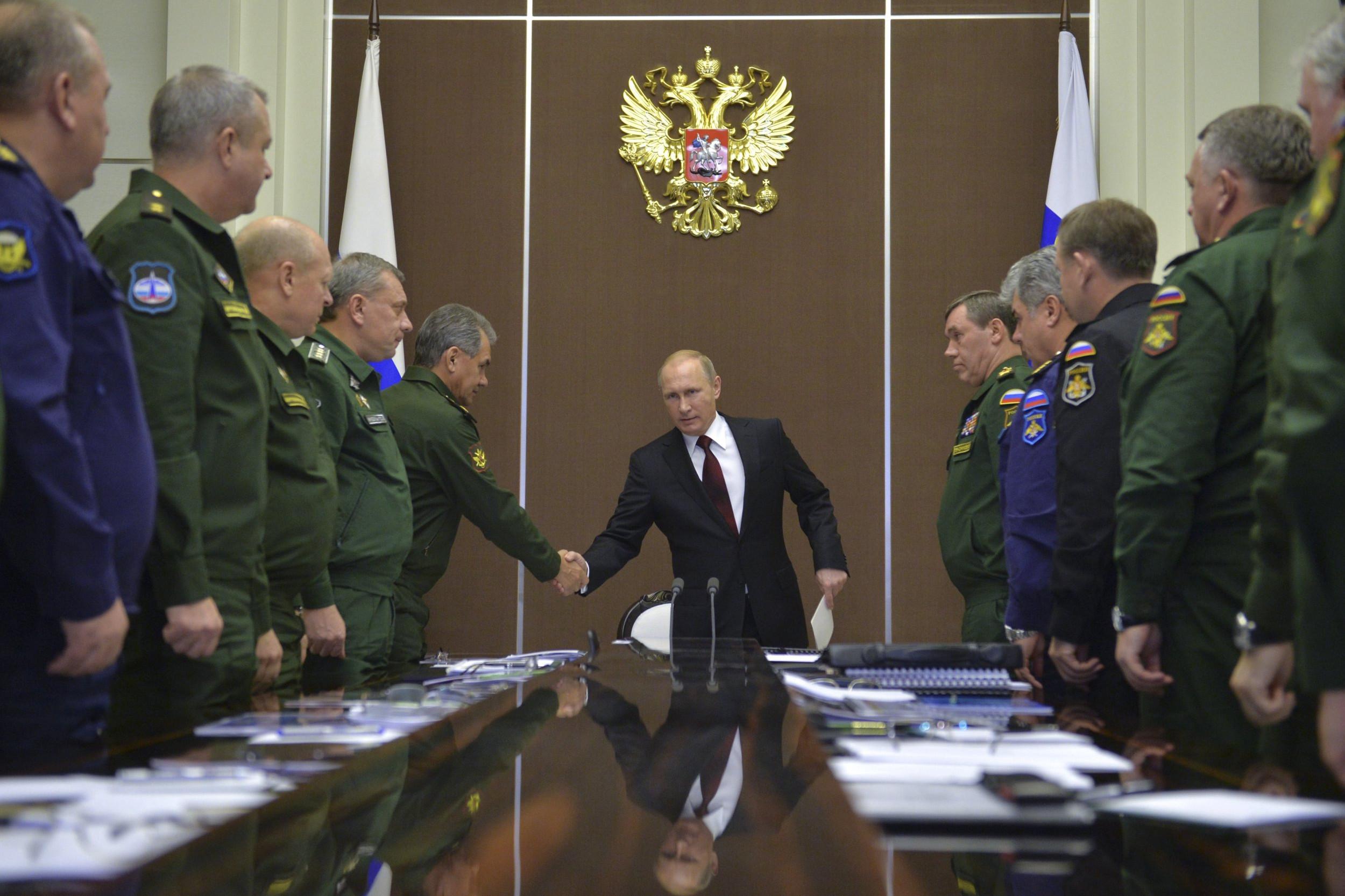 Председник Русије Владимир Путин се рукује са министром одбране Сергејем Шојгуом током састанка са представницима војске, Сочи, 24. новембар 2014. (Фото: Alexei Druzhinin/RIA Novosti/Kremlin/Reuters)