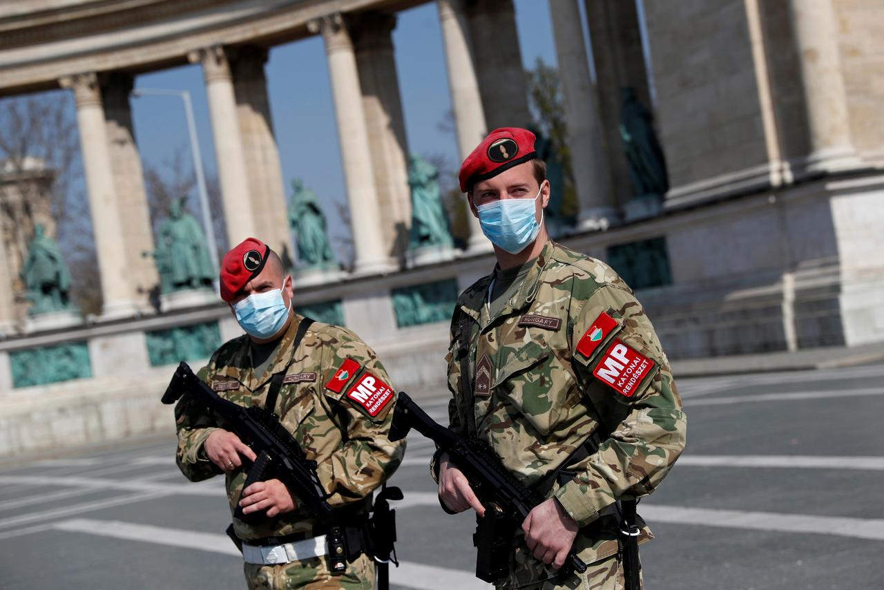 Pripadnici mađarske vojne policije patroliraju Trgom heroja u Budimpešti, 06. april 2020. (Foto: REUTERS/Bernadett Szabo)