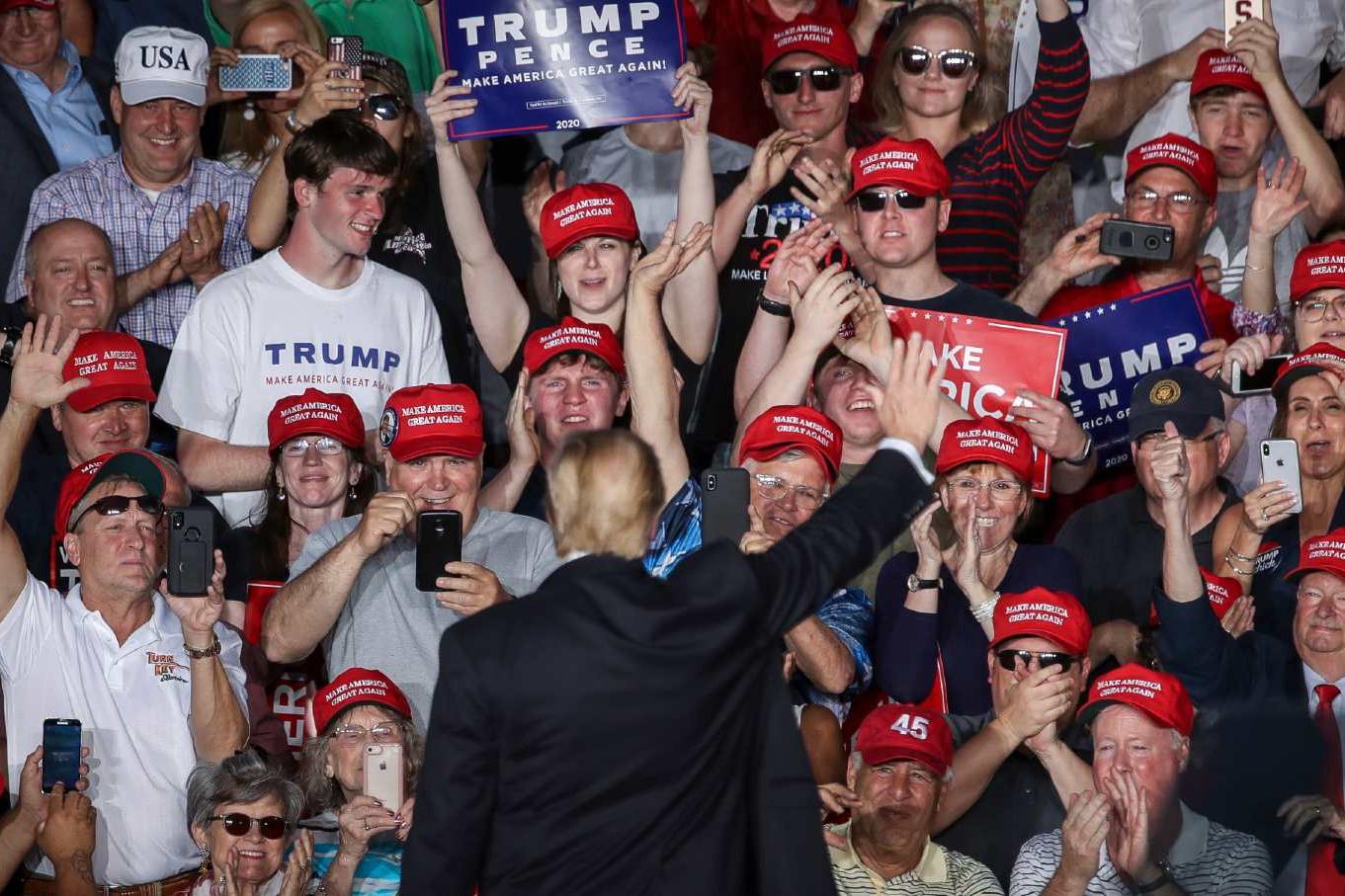 Доналд Трамп поздравља своје присталице на митингу у Пенсилванији, мај 2019. (Фото: Drew Angerer/Getty Images)