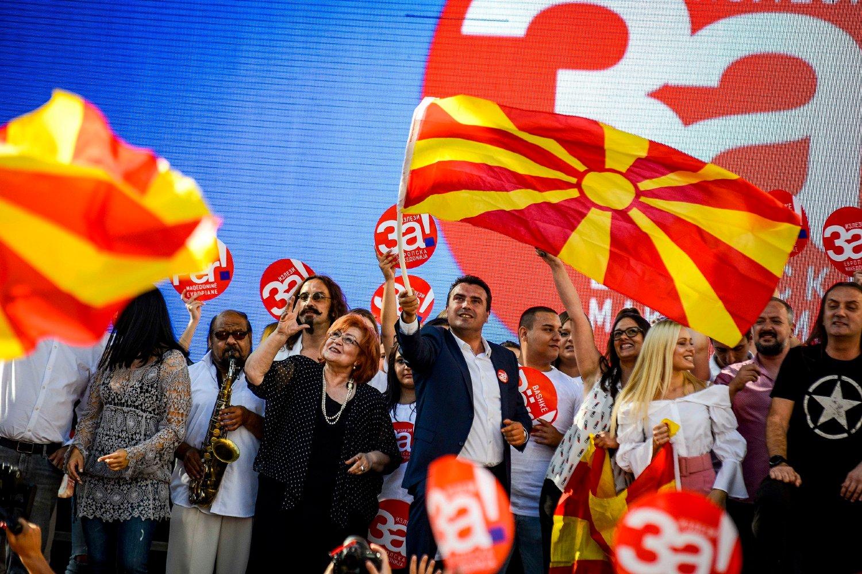 Премијер Северне Македоније Зоран Заев маше заставом током грађанског марша за европску Македонију у оквиру референдумске кампање, Скопље, 16. септембар 2018. (Фото: sdsm.org.mk)