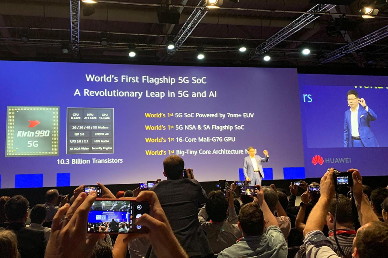 """Представник компаније """"Хуавеј"""" представља Kirin 990 чипсет са уграђеним 5Г модемом за паметне телефоне наредне генерације, 06. септембар 2019. (Фото: pcmag.com)"""