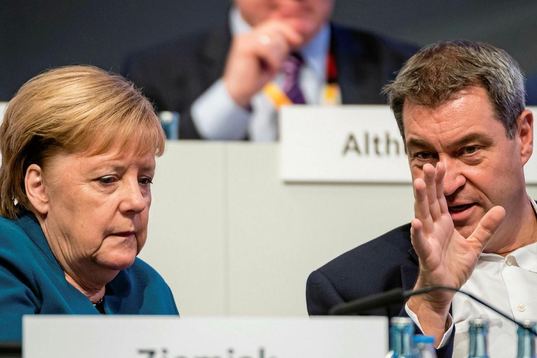 Немачка канцеларка Ангела Меркел у разговору са лидером CSU и премијером Баварске Маркусом Зедером (Фото: Jens Schlueter/Getty Images)