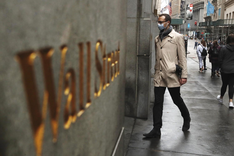 Човек са заштитном маском на лицу улази у зграду Њујоршке берзе на Волстриту (Фото: Reuters/Lucas Jackson)