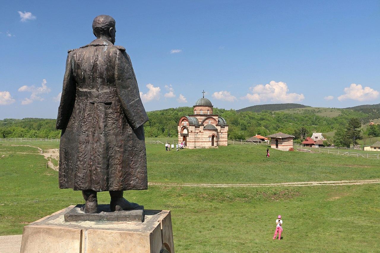 Споменик Дражи Михаиловићу и Црква Светог Ђорђа на Равној Гори (Фото: BrankaVV/Wikimedia Commons)