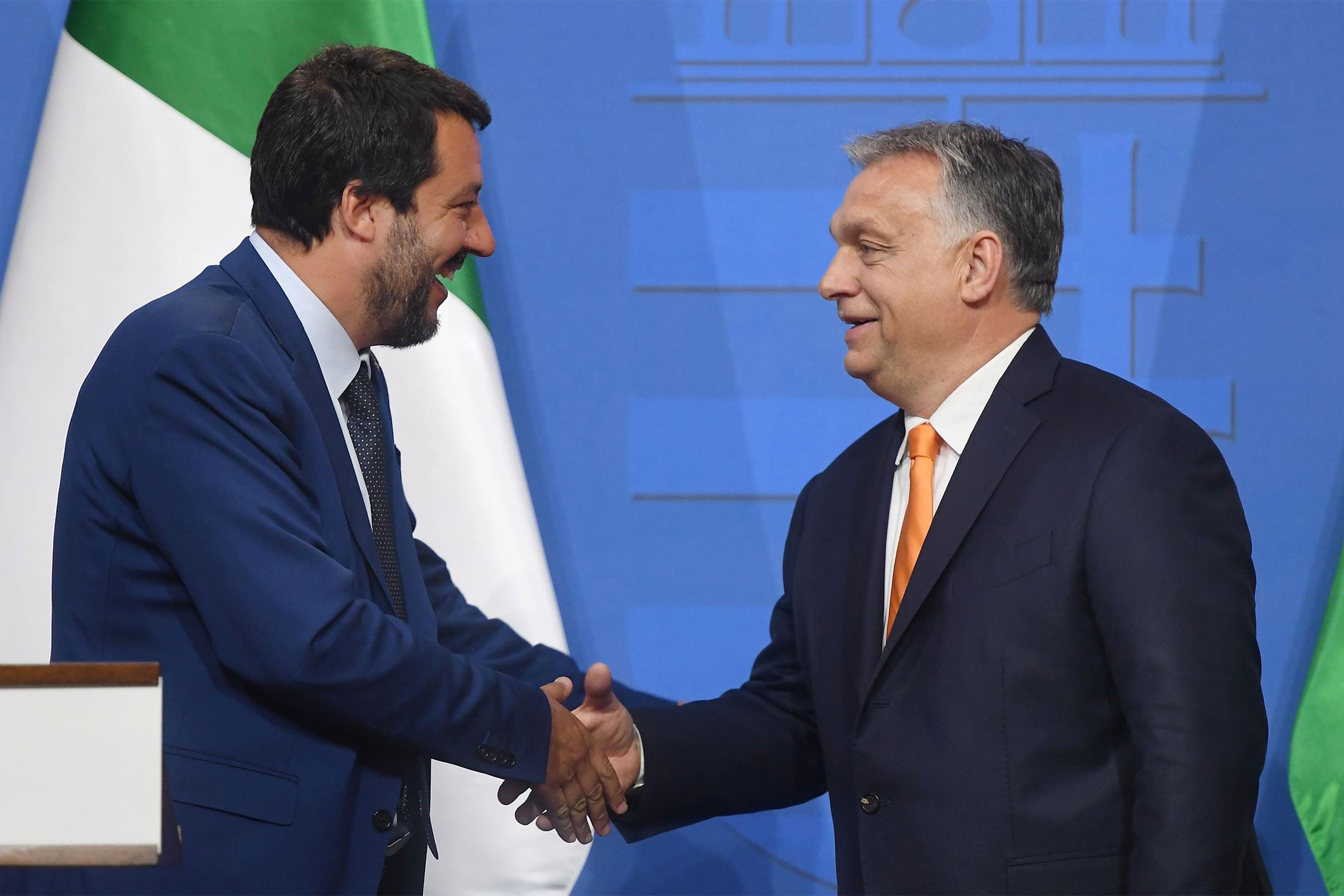 Mateo Salvini i Viktor Orban se rukuju tokom zajedničke konferencije za medije, Budimpešta, 02. maj 2019. (Foto: Attila Kisbenedek/AFP/Getty Images)