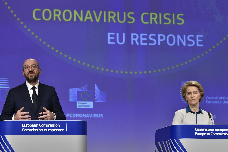 Председник Европског савета Шарл Мишел и председница Европске комисије Урсула фон дер Лајен током конференције за медије поводом реакције ЕУ на вирус COVID-19, Брисел, 15. април 2020. (Фото: John Thys, Pool Photo via AP)