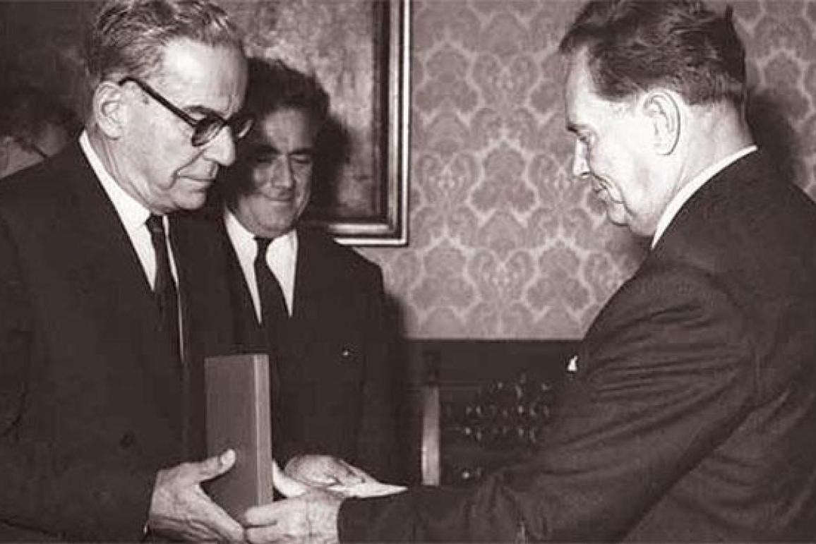 Josip Broz Tito predaje Ivi Andriću Orden Republike sa zlatnim vencem (Foto: Muzej istorije Jugoslavije)