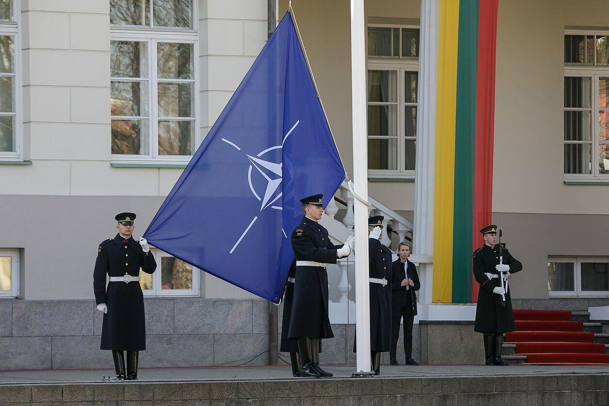 Литвански војници подижу заставу НАТО-а (Фото: E. Genys/LRT)