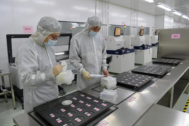 Радници врше испитивања на полупроводничким чиповима у фабрици високе технологије у Нанчангу (Фото: Xinhua)