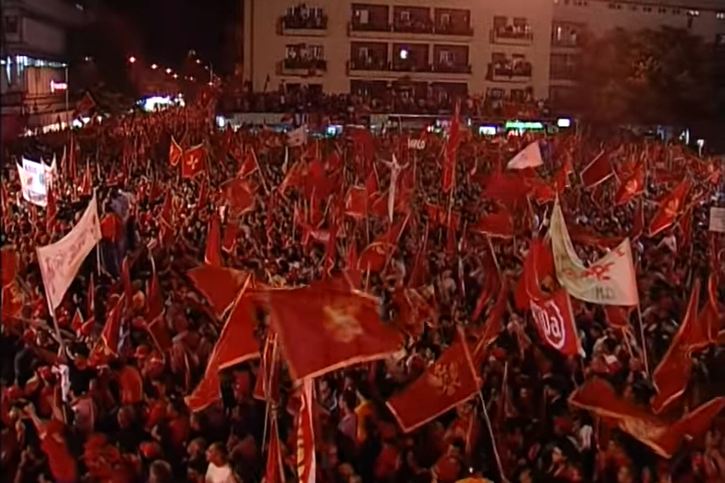 Pristalice nezavisnosti Crne Gore na završnoj konvenciji uoči referenduma o nezavisnoti 2006. godine (Foto: Snimak ekrana/Jutjub)