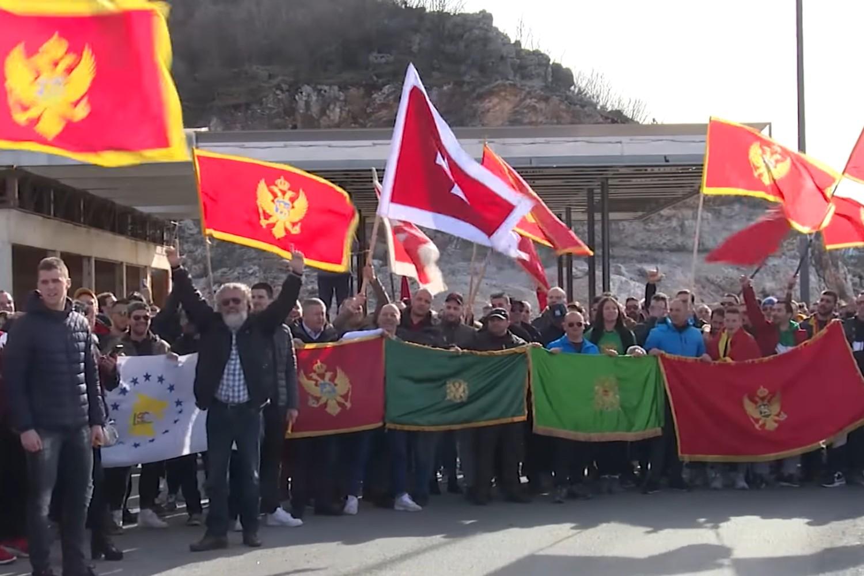 """Učesnici protesta protiv litija Mitropolije crnogorsko-primorske SPC sa crnogorskim i """"zelenaškim"""" zastavama, Cetinje, 22. januar 2020. (Foto: Snimak ekrana/Jutjub)"""