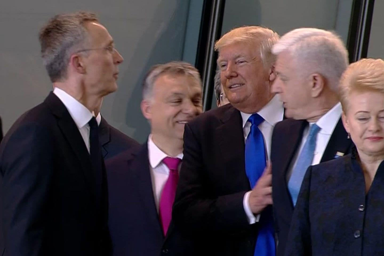 Američki predsednik Donald Tramp izgurava crnogorskog premijera Duška Markovića tokom NATO samita u Briselu, 25. maj 2017. (Foto: washingtonpost.com)