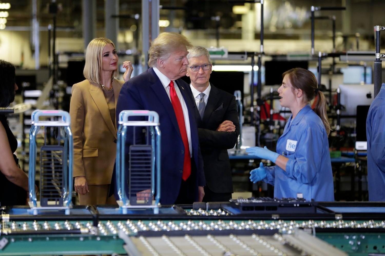 Амерички председник Доналд Трамп у пратњи кћерке Иванке разговара са радницом током посете Епловој фабрици у Остину, 21. новембар 2019. (Фото: AP Photo/Evan Vucci)