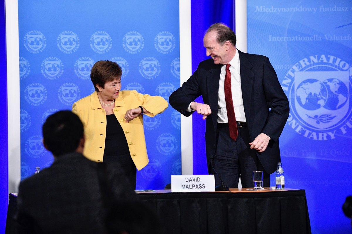 Генерална директорма ММФ-а Кристалина Георгиева се поздравља са председником Светске банке Дејвидом Малпасом током њихове заједничке конференције за медије поводом COVID-19, Вашингтон, 04. март 2020. (Фото: Твитер)