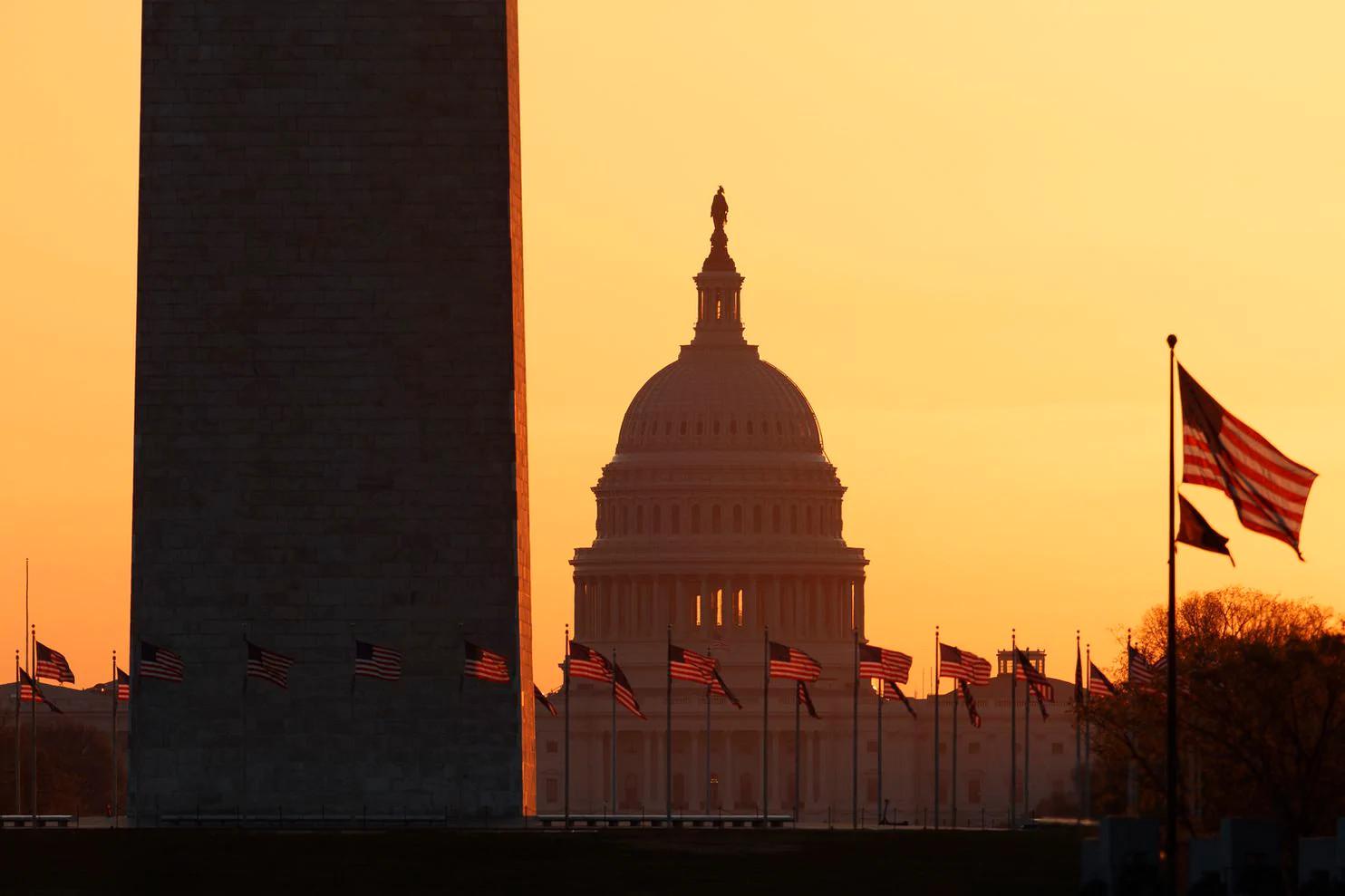 Америчке заставе испред Капитола у Вашингтону у зору (Фото: Carolyn Kaster/AP)