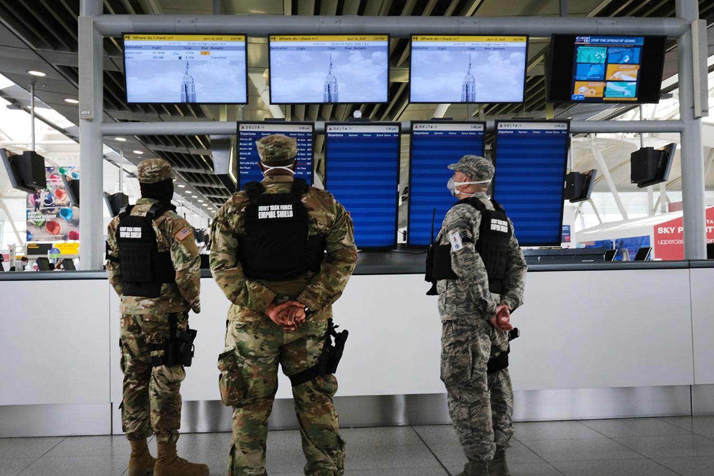 """Pripadnici vojne patrole na međunarodnom aerodromu """"Džon F. Kenedi"""" u Njujorku (Foto: Spencer Platt/Getty Images)"""