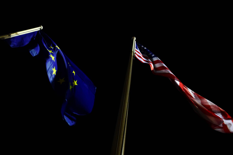 Zastave Evropske unije i Sjedinjenih Država se vijore noću (Foto: Tobias Schwarz/AFP via Getty Images)