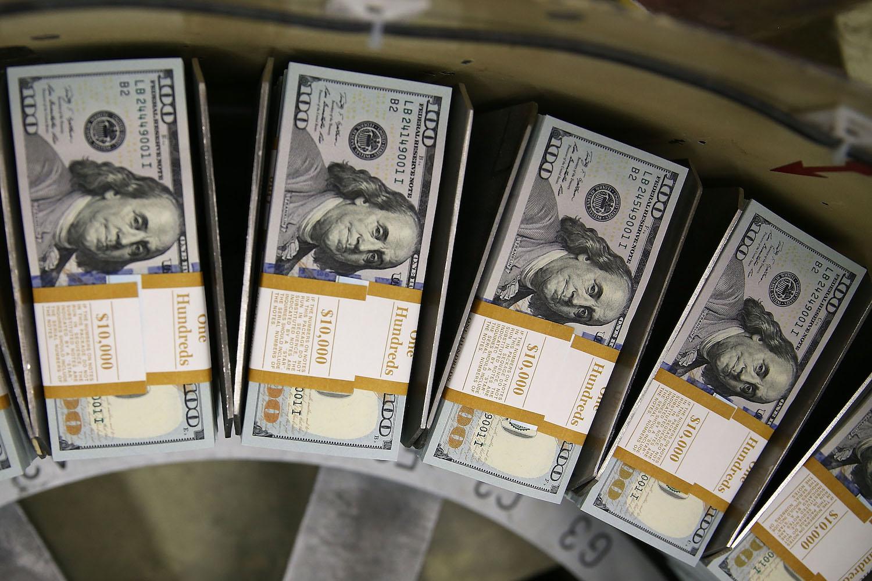 Novčanice od 100 dolara na pokretnoj traci u Birou za graviranje i štampanje (Foto: Mark Wilson/Getty Images)