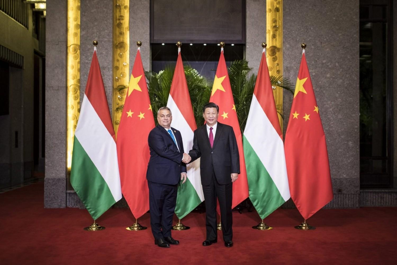Premijer Mađarske Viktor Orban i predsednik Kine Si Đinping se rukuju tokom sastanka, Šangaj, 05. novembar 2018. (Foto: MTI/Miniszterelnöki Sajtóiroda/Szecsõdi Balázs)Premijer Mađarske Viktor Orban i predsednik Kine Si Đinping se rukuju tokom sastanka, Šangaj, 05. novembar 2018. (Foto: MTI/Miniszterelnöki Sajtóiroda/Szecsõdi Balázs)