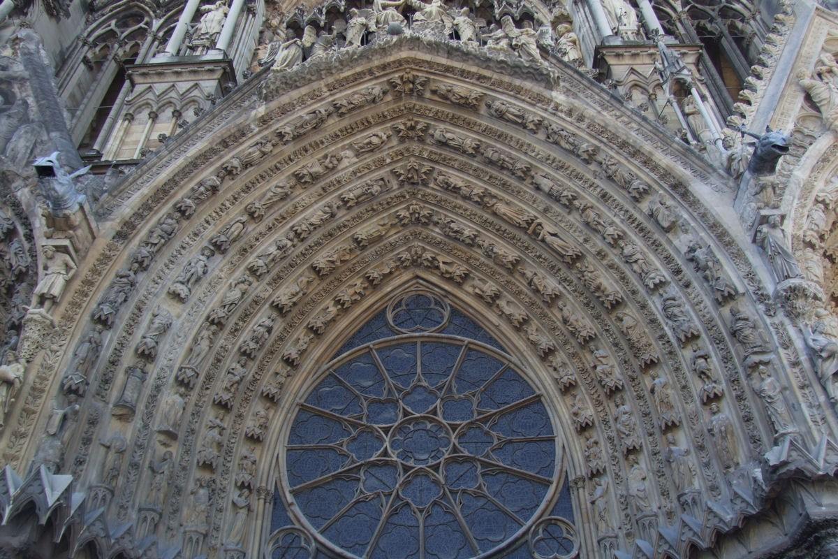 Timpanon na prednjem ulazu u katedralu Notr-Dam u Remsu (Foto: Wikimedia/Mattana)