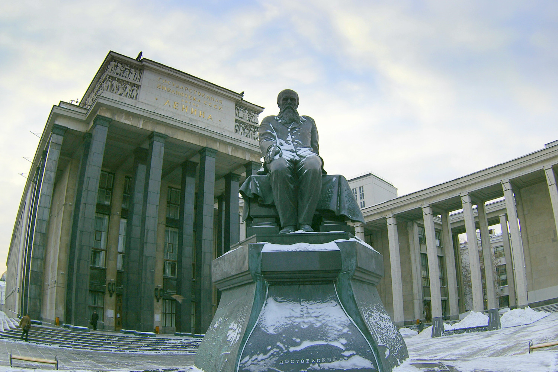 Spomenik Fjodoru Mihailoviču Dostojevskom ispred Ruske državne biblioteke u Moskvi (Foto: typical-moscow.ru)