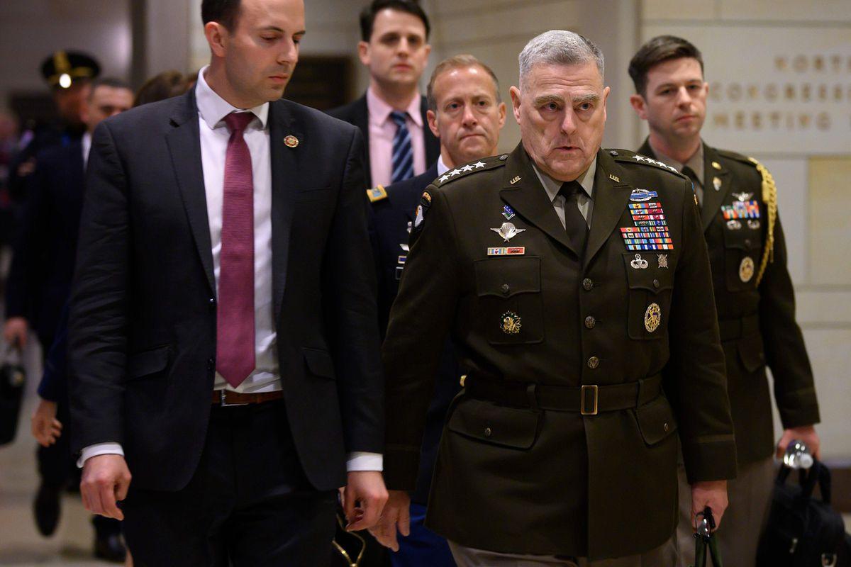 Начелник Генералштаба војске САД, генерал Марк Мили, са припадницима безбедносних служби пролази кроз Капитол (Фото: Jim Watson/Getty Images)