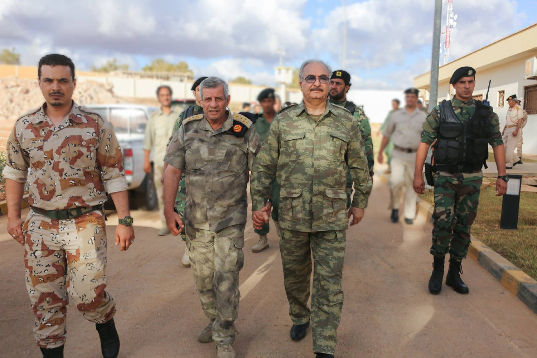Kalifa Haftar sa pripadnicima Libijske nacionalne armije (Foto: LNA)