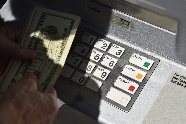 Građanin podiže novac sa bankomata (Foto: Robert Alexander/Getty Images)