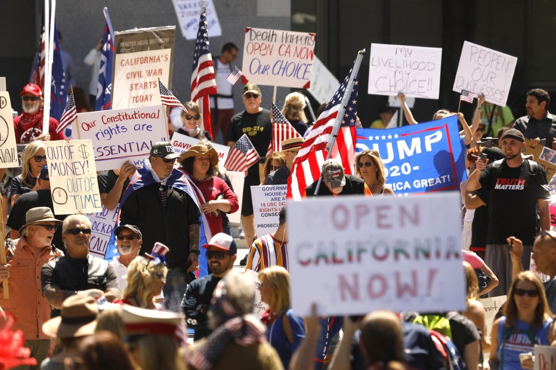 Протестанти у Сакраменту на скупу поводом захтева за поновно покретање економије Калифорније, 01. мај 2020. (Фото: Carolyn Cole/Los Angeles Times)