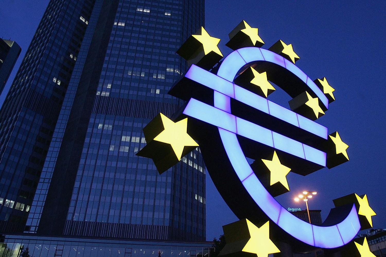 Велики неонски знак евра испред седишта Европске централне банке у Франкфурту (Фото: Ralph Orlowski/Getty Images)
