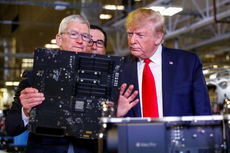 Извршни директор Епла Тим Кук показује производе компаније америчком председнику Доналду Трампу током његове посете Епловом погону у Остину, новембар 2019. (Фото: REUTERS/Tom Brenner)