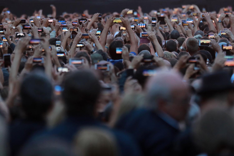 Posetioci koncerta gledaju u svoje pametne telefone tokom snimanja (Foto: Jacques Demarthon/AFP via Getty Images)
