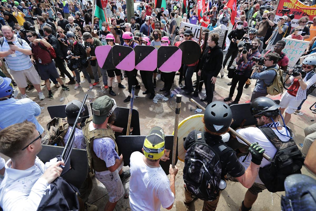 Сукоб припадника алтернативне деснице и анифашиста у Шарлотсвилу, Вирџинија, 12. август 2017. (Фото: Chip Somodevilla/Getty Images)