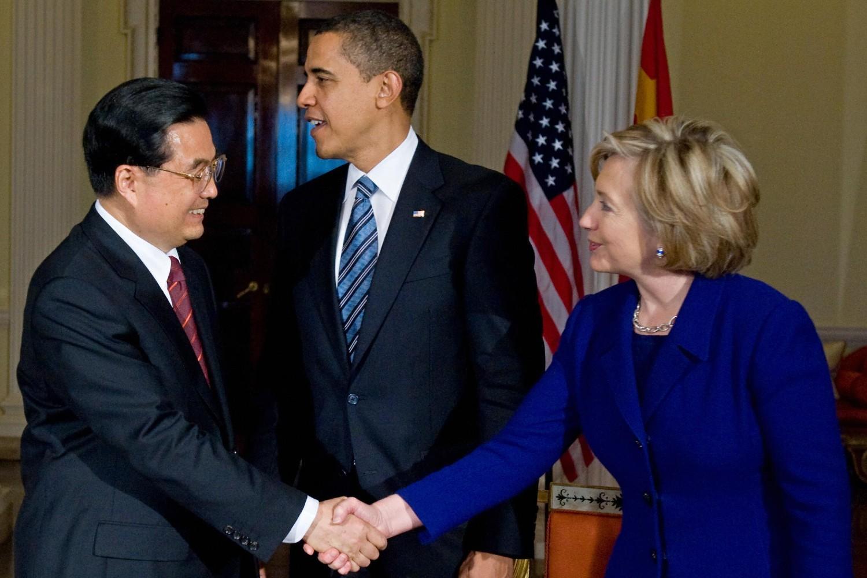 Државна секретарка САД Хилари Клинтон се у присуству председника САД, Барака Обаме, рукује са председником Кине Ху Ђинтаоом, Лондон, 01. април 2009. (Фото: Saul Loeb/AFP/Getty Images)