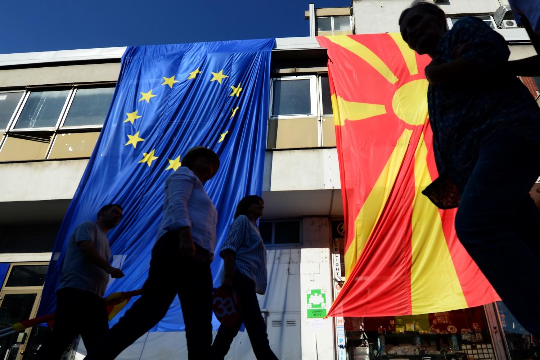 Грађани Скопља пролазе поред великих застава ЕУ и Северне Македоније током марша за европску Македонију, 16. септембар 2018. (Фото:  EPA-EFE/Nake Batev)