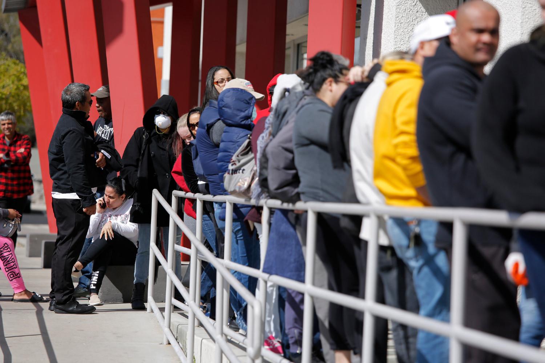 Грађани који су остали без посла због вируса COVID-19 чекају у реду за добијање новчане надокнаде, Лас Вегас, 17. март 2020. (Фото: John Locher/Associated Press)