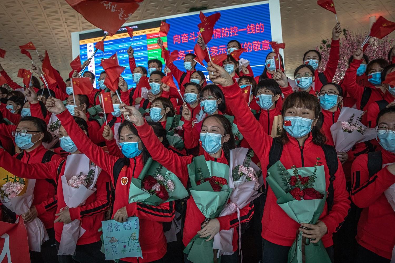 Медицински радници прослављају одлазак из Вухана одмах по укидању карантина (Фото: Roman Pilipey/EPA, via Shutterstock)